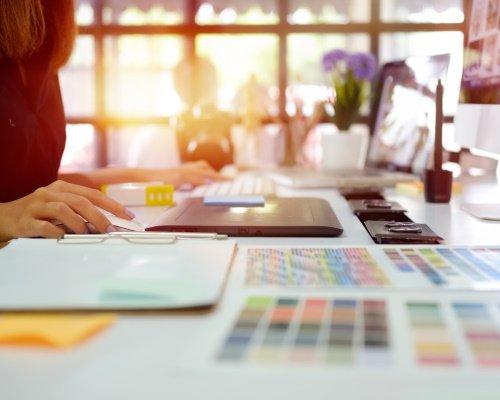 Un Chef de projet packaging utilise son logiciel de design.