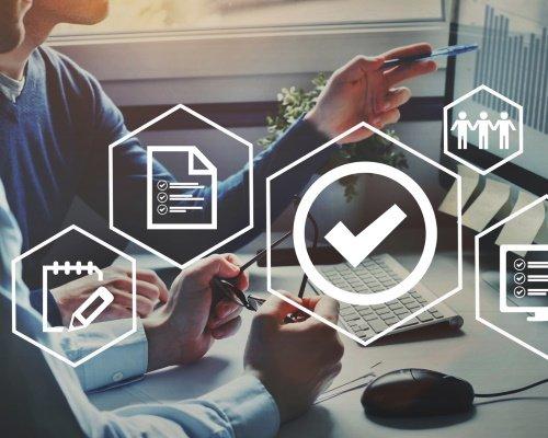 Des développeurs produits consultent les données des tests qualité de leur prototype.